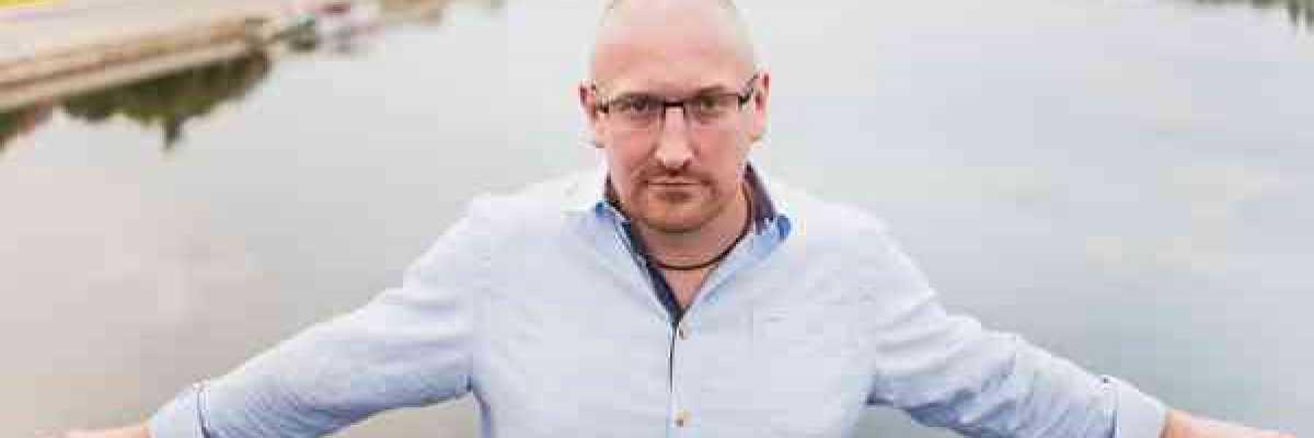 Całe to pisanie jest tak naprawdę wielką przygodą – wywiad czytelników Kawiarenki Kryminalnej z Robertem Małeckim.